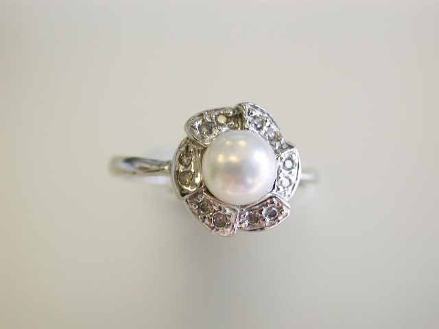 14k White Gold Ring with Pearl and Diamonds