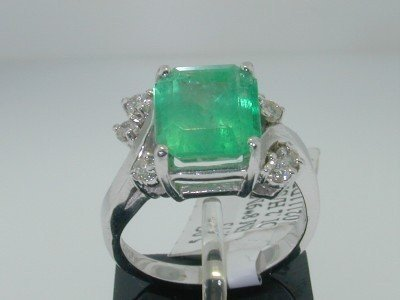 98C: 14k White Gold Emerald Diamond Ring