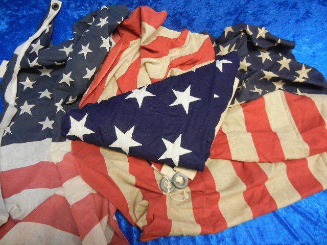 122: Vintage Box of American Flags