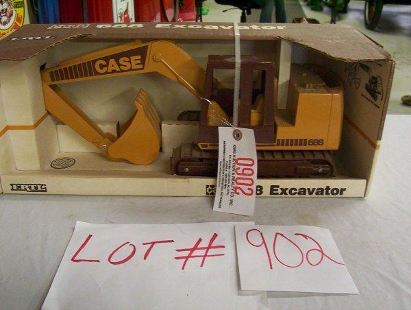 902: ERTL 1/16 SCALE CASE 688 EXCAVATOR (NIB) OLD STOCK