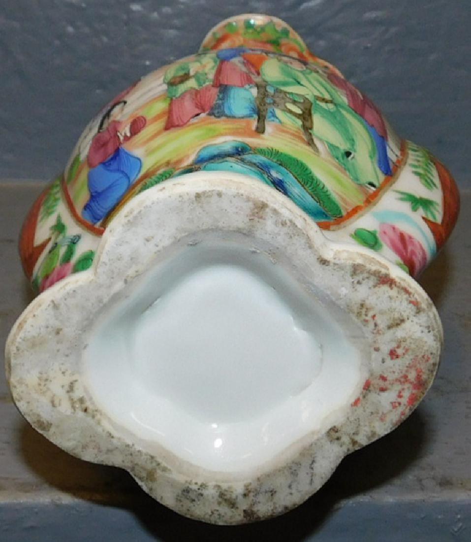 19th century Rose Medallion scalloped edge vase. - 3