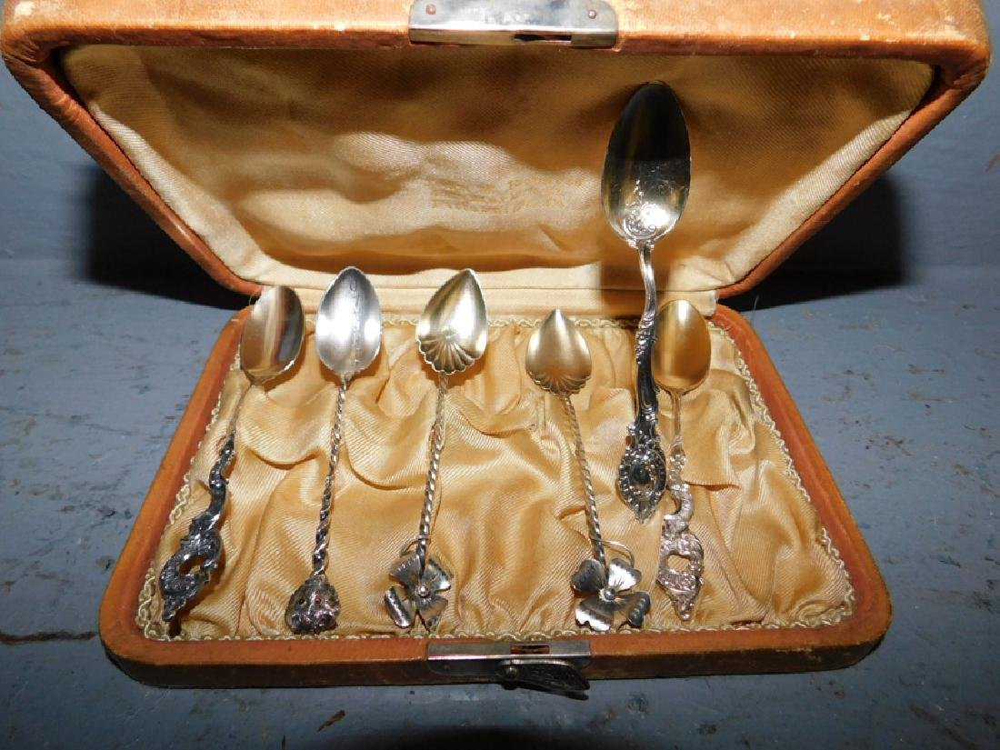 Set of 8 boxed coffee spoons.