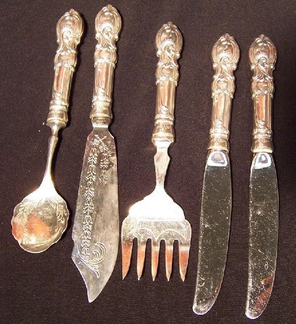 19: 5 pieces sterling handle flatware.