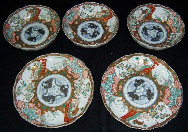 3: 2 plates and 3 small Imari bowls. Circa 1900.