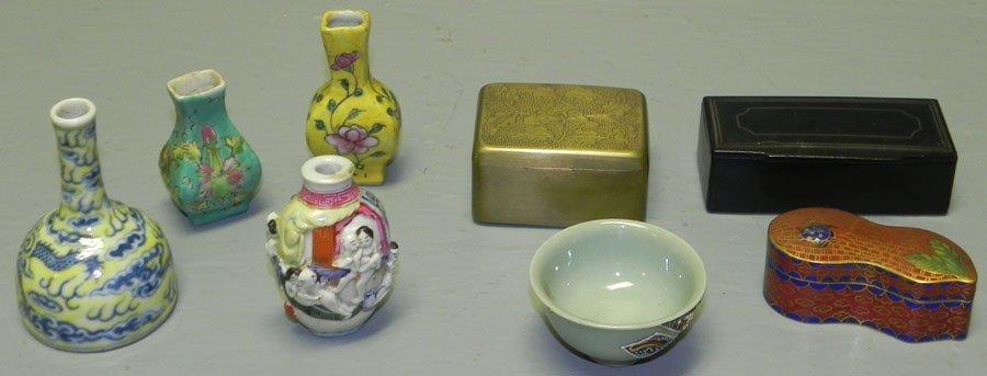 31: 3 stamped snuffboxes & 5 pcs mini. Oriental porc.