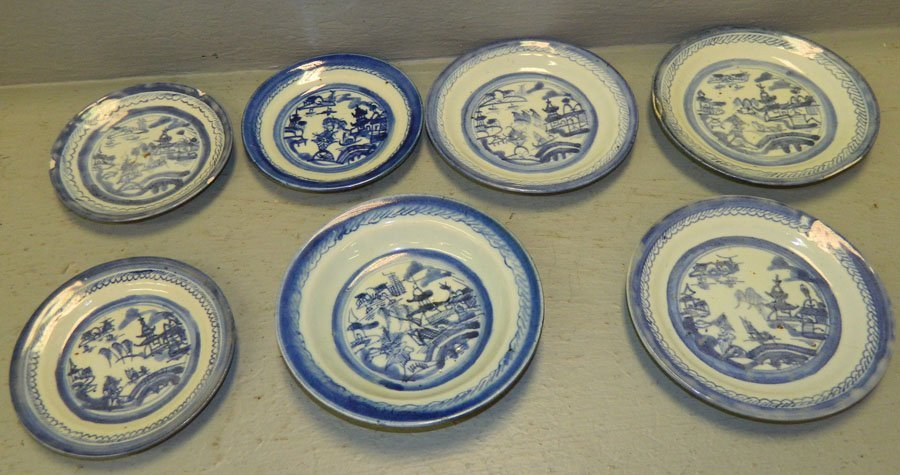 16: 7 small Canton plates and saucers.