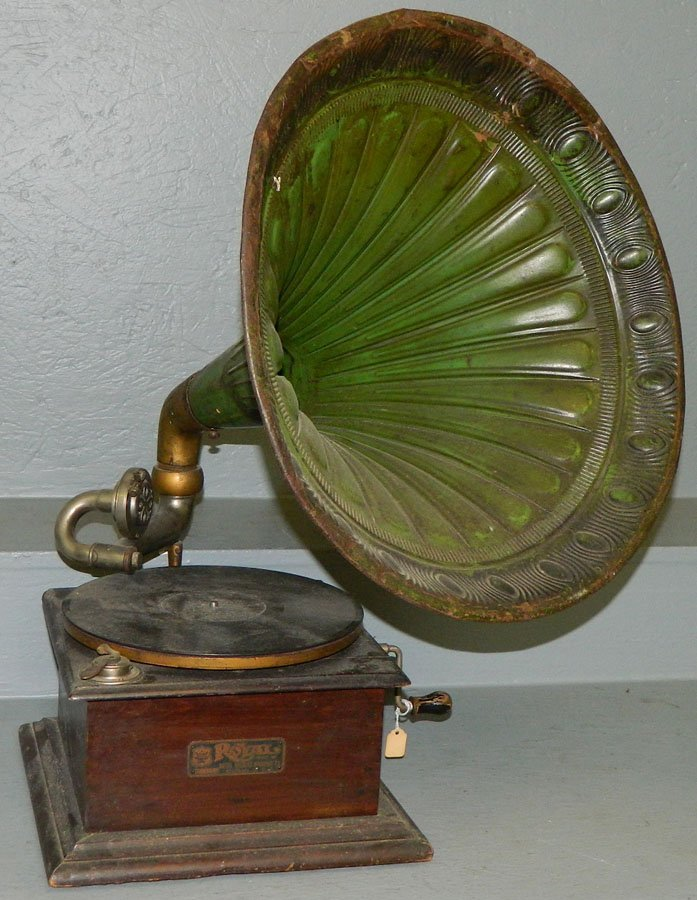 465: Royal talking machine with metal horn.