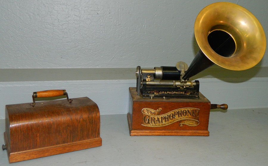 466: Graphophone with brass and metal horn.