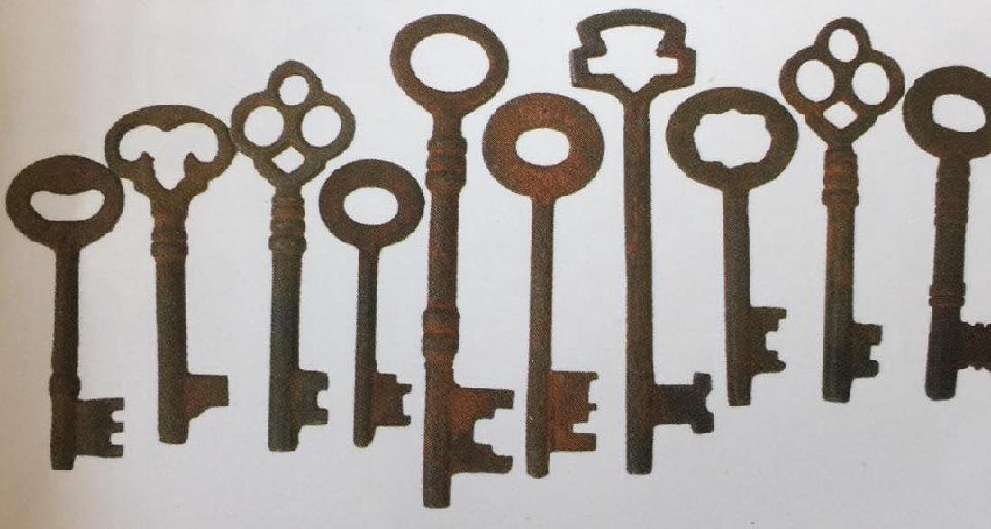 "HUGE LOT OF 100 ANTIQUE KEYS - 1"" TO 3"" LONG"