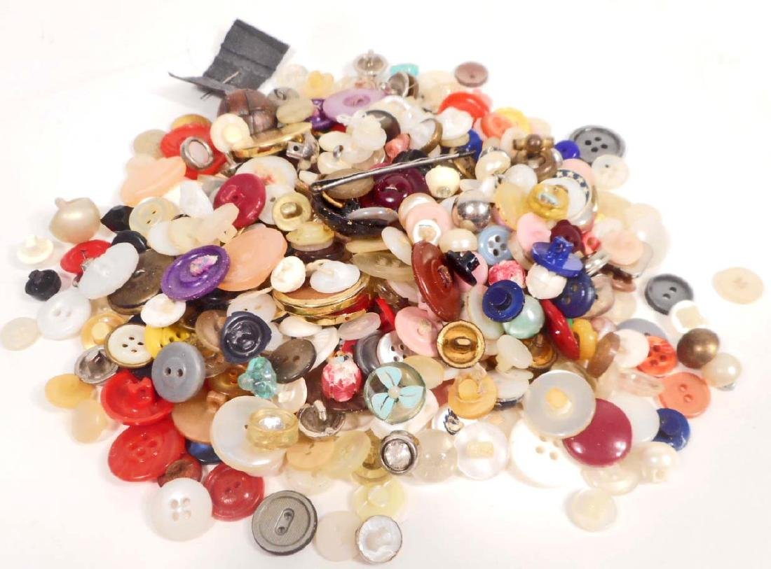 LARGE LOT OF VINTAGE BUTTONS