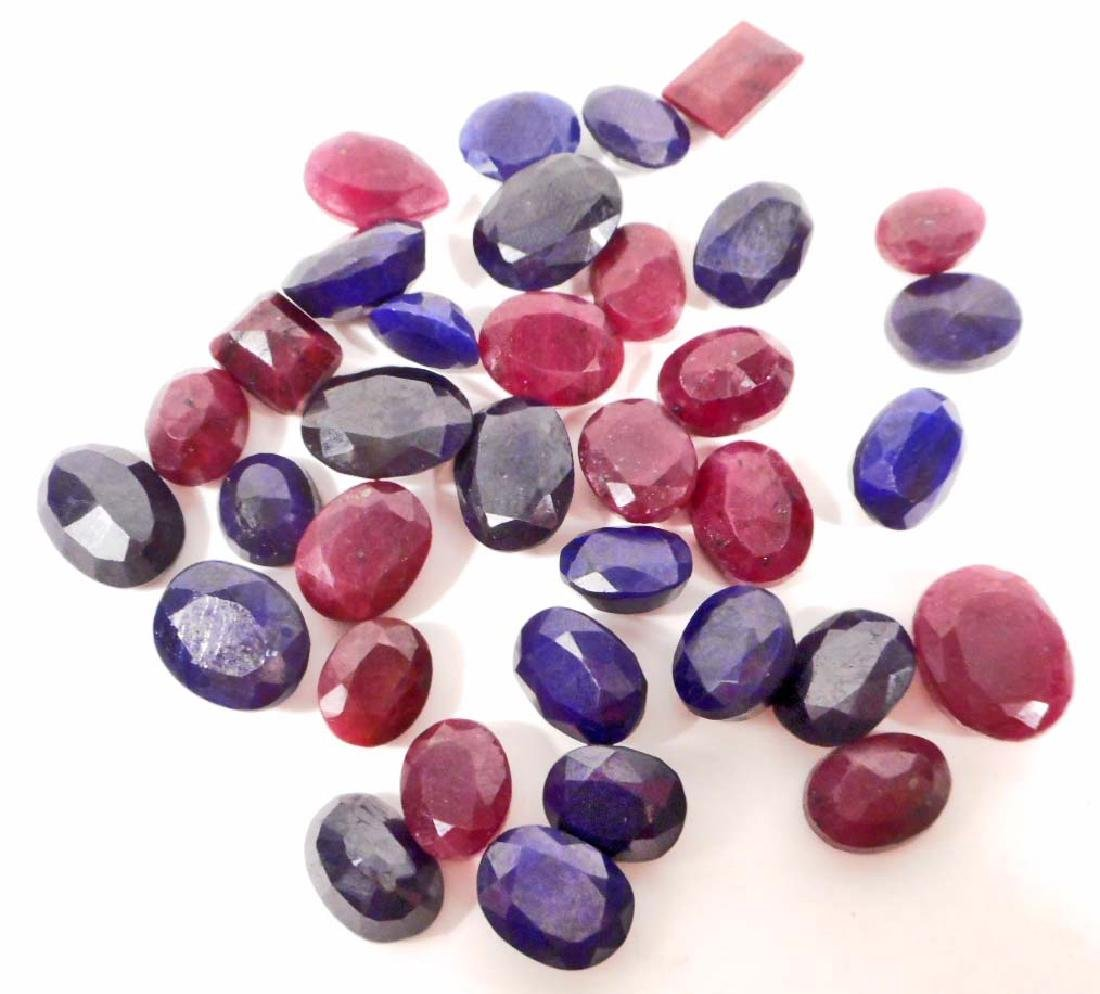 LARGE LOT OF 250.60 CTS. OF RUBIES AND BLUE SAPPHIRES