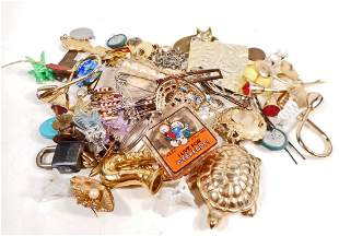 LOT OF VINTAGE JEWELRY - BROOCHES, PENDANTS, ETC