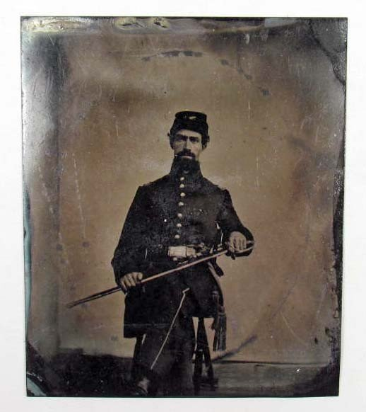 18: CIVIL WAR ERA TINTYPE PHOTO OF SOLDIER IN UNIFORM