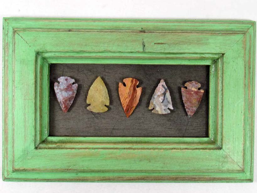 8: LOT OF 5 VINTAGE ARROW HEADS MOUNTED ON WOOD - FRAME