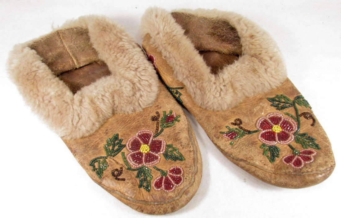 6: PAIR OF VINTAGE BEADED NATIVE AMERICAN INDIAN MOCCAS