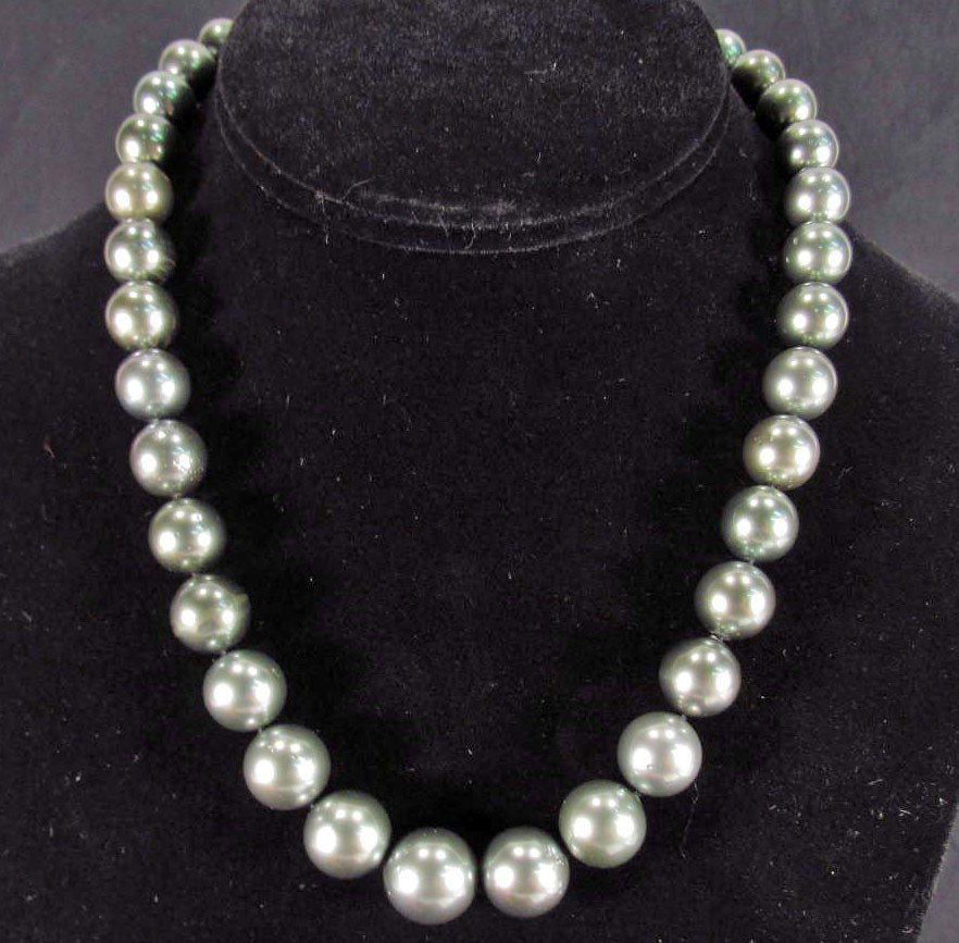 18: SINGLE STRAND TAHITIAN CULTURED PEARL NECKLACE W/ 1