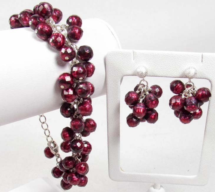 13: FRESHWATER PEARL NECKLACE AND EARRING SET
