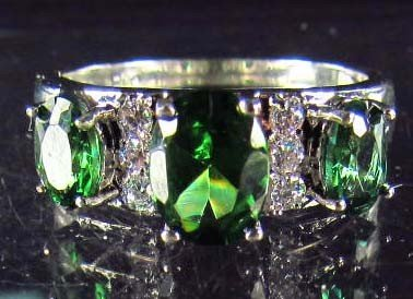 8: 8167 - WHITE GOLD PLATED EMERALD & TOPAZ RING - 17.6