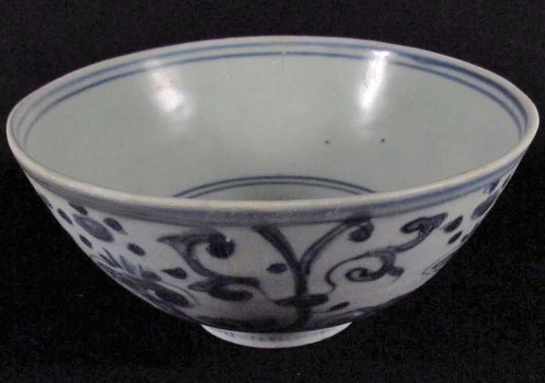 24: CHINESE PORCELAIN BLUE AND WHITE BOWL - C. 1600'S