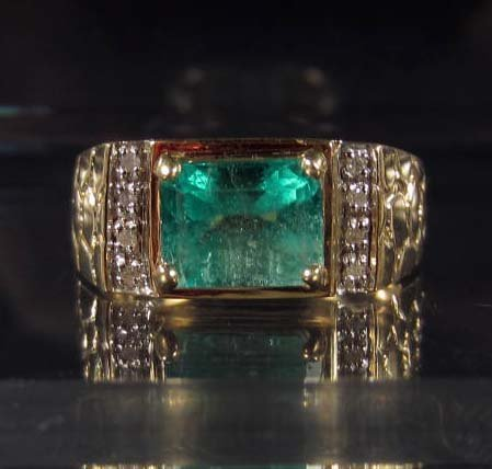 8: 10K GOLD MENS EMERALD AND DIAMOND RING - SIZE 9
