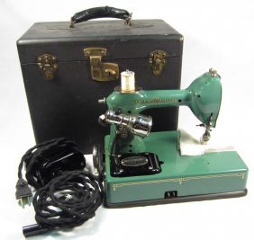 18: VINTAGE GENERAL ELECTRIC PORTABLE SEWING MACHINE IN