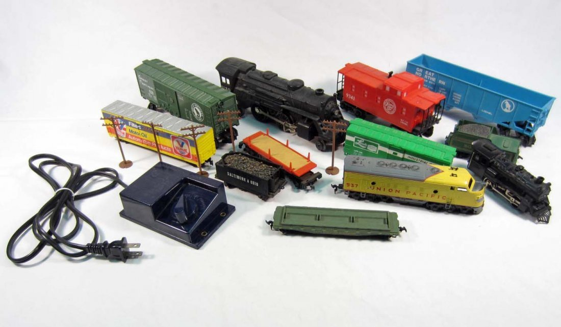 39: LOT OF VINTAGE TRAIN CARS