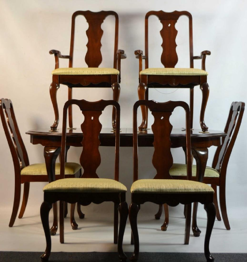 Broyhill Dinning room Set w/ 6 chairs and 2 Leafs