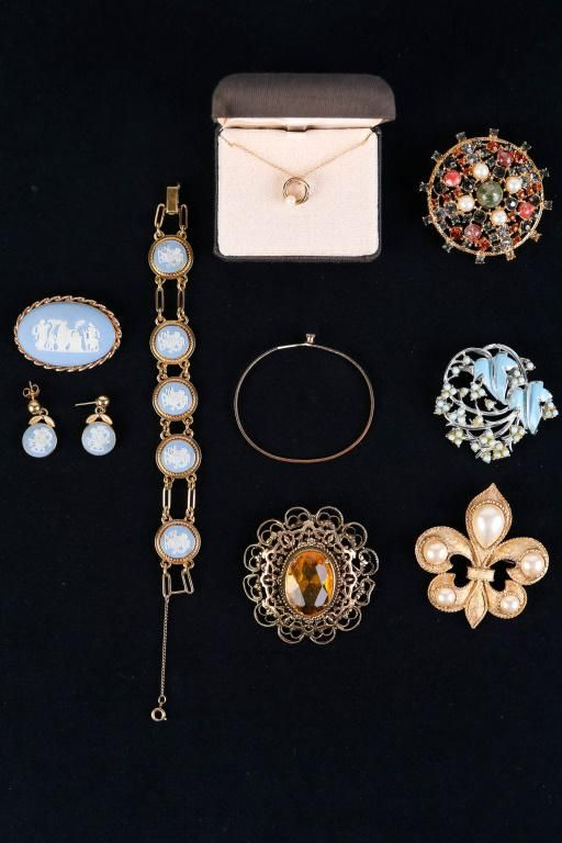 Van Dell Wedgwood Jewelry Suite and Brooches