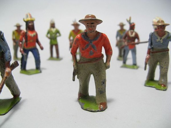 425: Lot Of Lead Toy Soldiers, Cowboys, Indian Figures