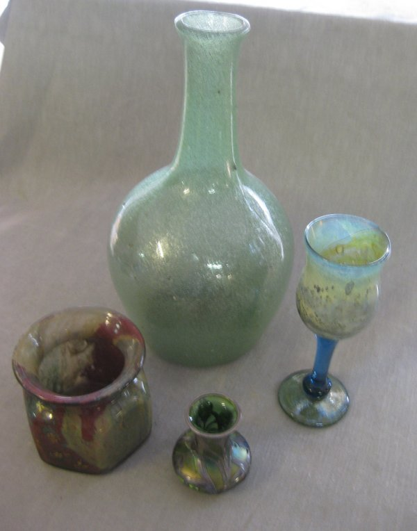 19: A GROUP OF FOUR GLASS ITEMS - a large green opaque