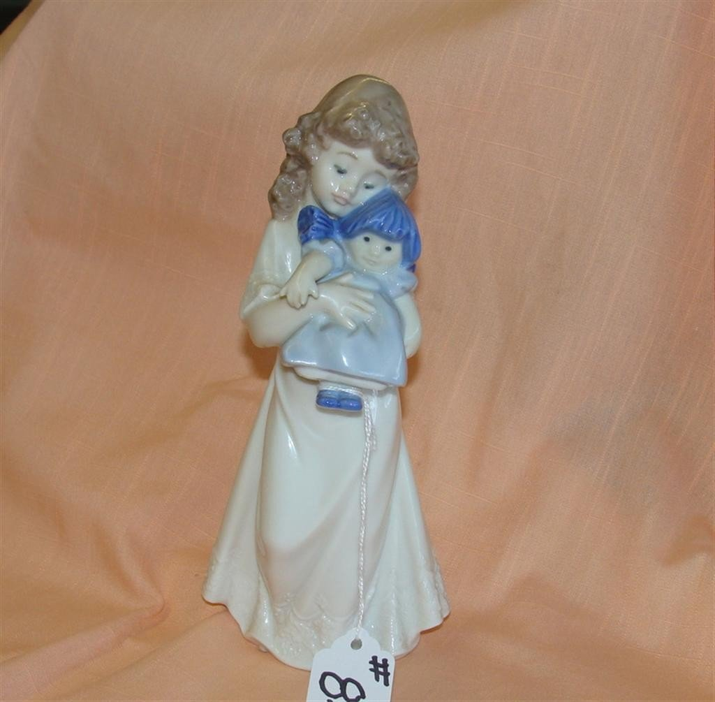 Lladro Nao #1107. We're Sleepy Bedtime Girl w
