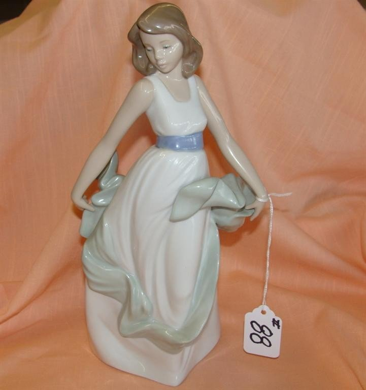 Lladro Nao Figurine #1343: Walking on Air, La