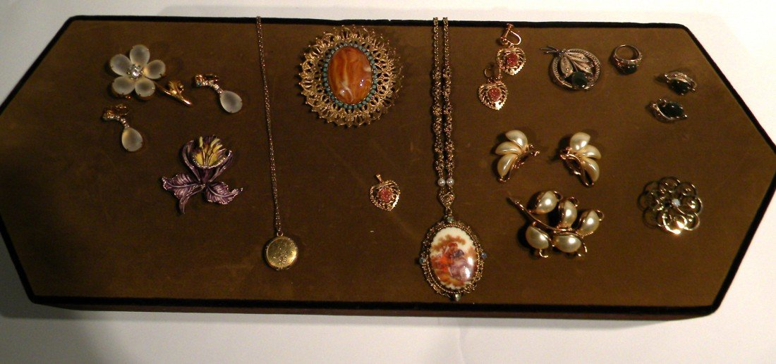 Small Lot of Costume Jewelry
