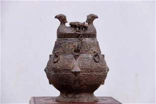 AN ARCHAIC BRONE FOOD VESSEL AND COVER