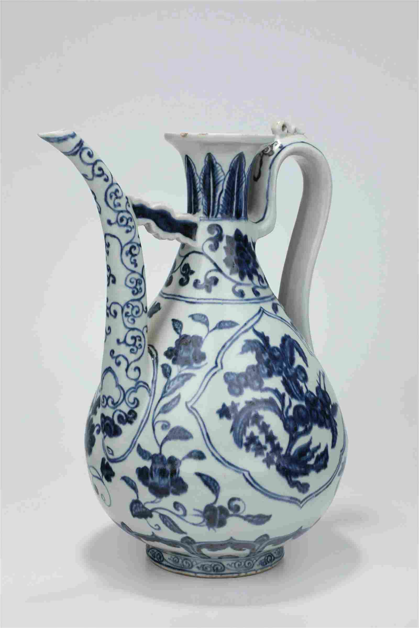 A BLUE AND WHITE WINEPOT