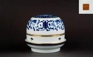 A BLUE AND WHITE GILT-DECORATED BURNER AND COVER.MARK
