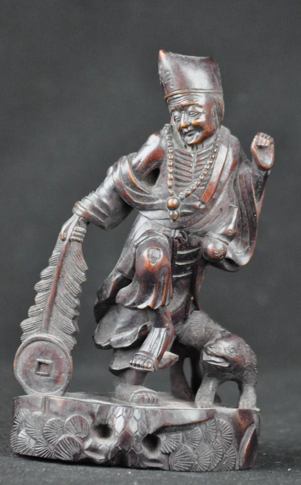 10: A WOOD CARVING OF A LUO HAN.(19 CENTURY)