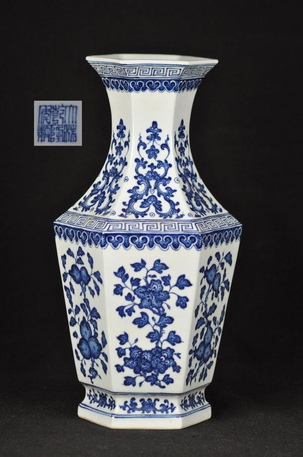 10: A BLUE AND WHITE VASE.(MARK AND PERIOD OF QIAN LONG