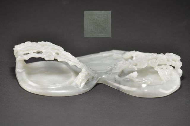14: A WHITE JADE CARVING OF BRUSH WASHER.(QING DYNASTY)