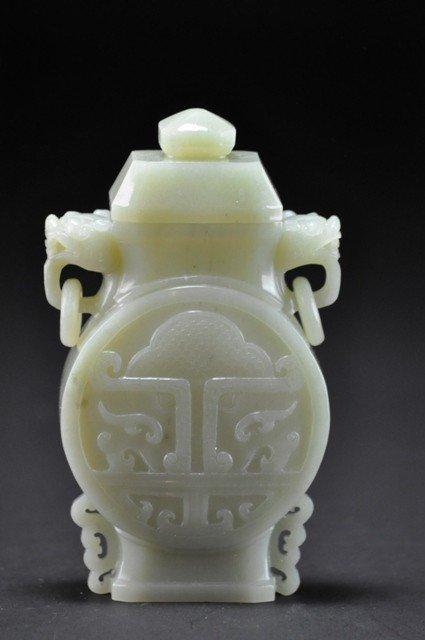 19: A WHITE JADE VASE AND COVER.(QING DYNASTY)