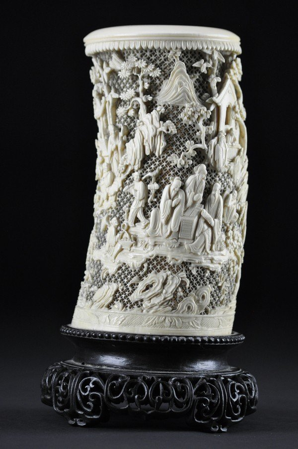 1: AN IVORY CARVING OF BRUSHPOT. 19 CENTURY