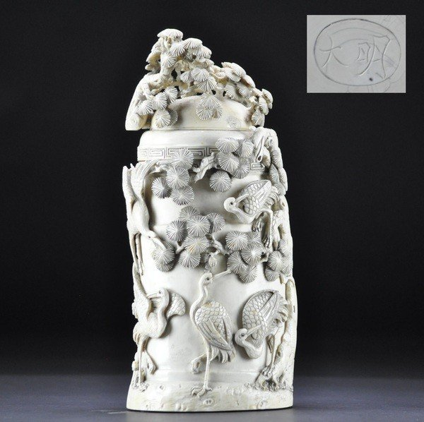 12: A IVORY CARVING BRUSHPOT AND COVER.(LATE QING DYNAS