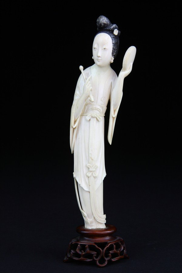 10: AN IVORY CARVING OF A BEAUTY