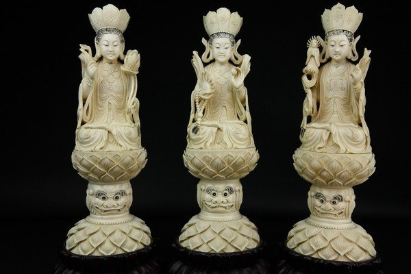 21: A GROUP OF THREE IVORY BUDDHAS