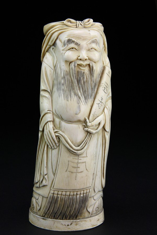 22: AN IVORY CARVING OF A SCHOLAR
