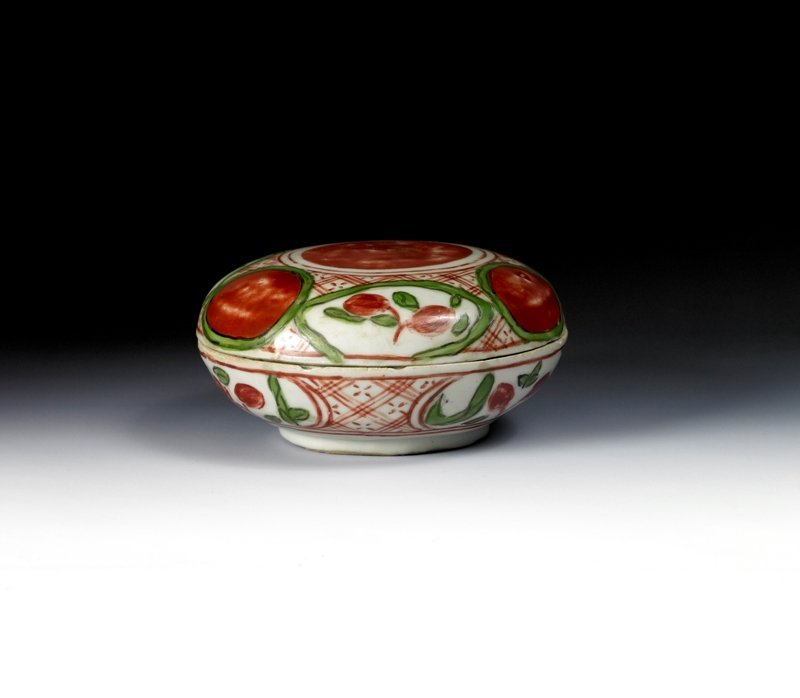 24: A wucai box and cover, Ming Dynasty