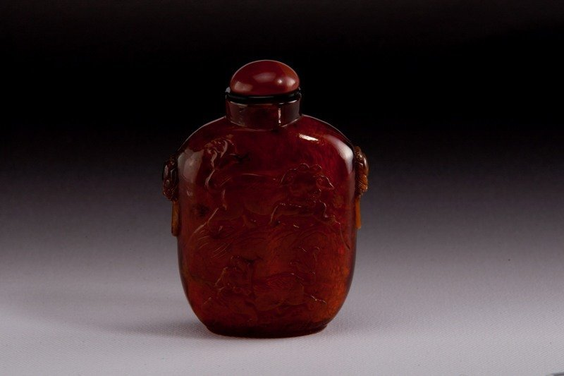 4: A carved amber snuff bottle, 19TH CENTURY