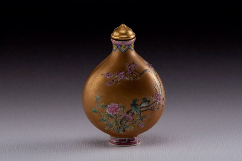 5: A enameled porcelain snuff bottle, EARLY 20TH CENTUR