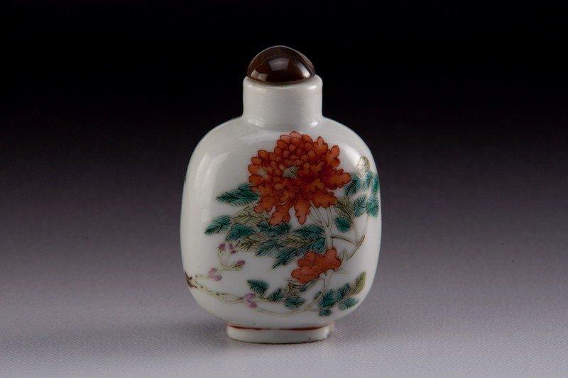 7: A famille -rose porcelain snuff bottle, 19TH CENTURY