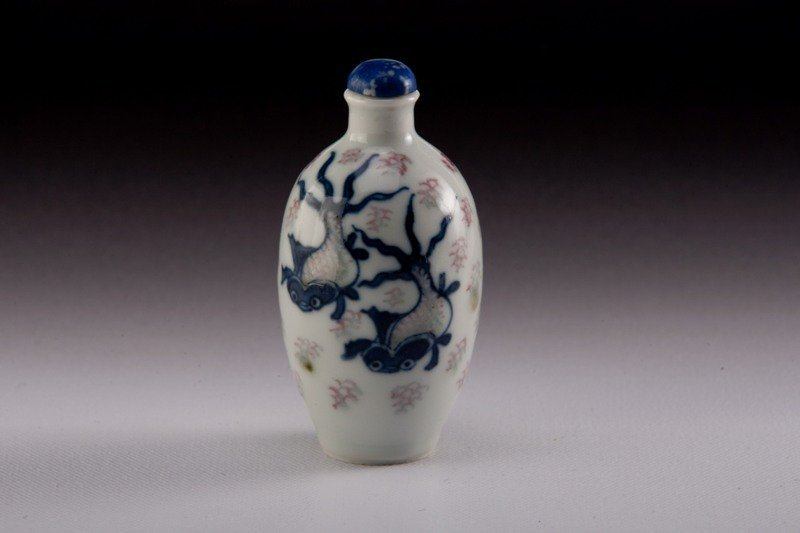 10: A blue-white -iron-red snuff bottle, 19TH CENTURY